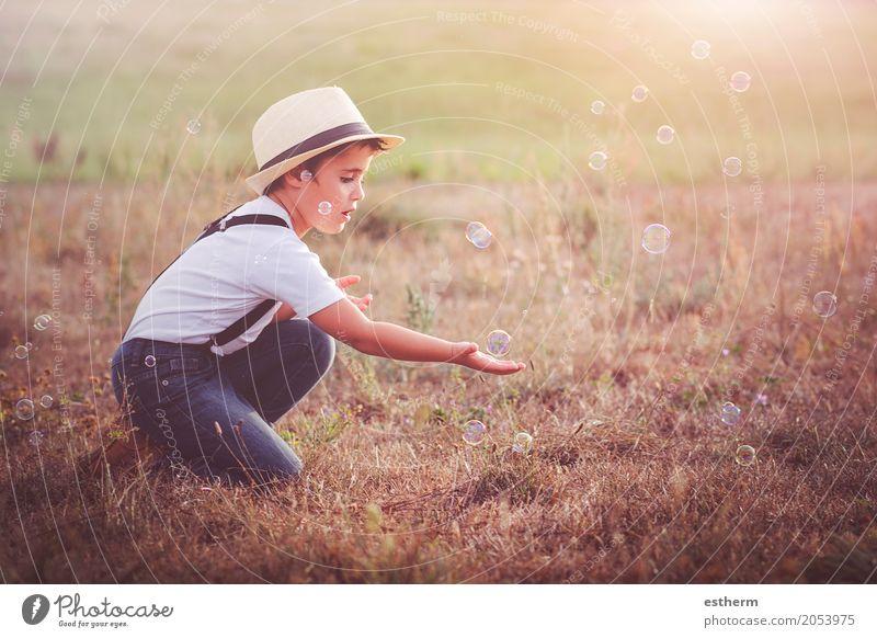 Kind spielt Mensch Natur Sommer Landschaft ruhig Freude Lifestyle Frühling Liebe Gefühle Junge Glück Garten maskulin Park