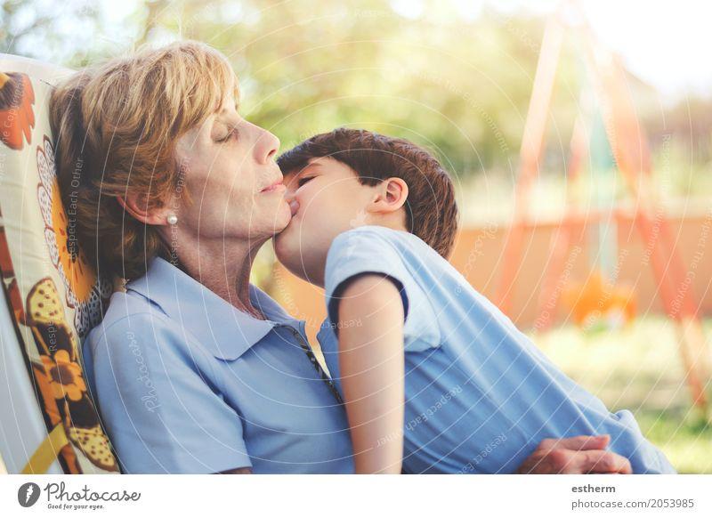 Junge, der seine Großmutter küsst Mensch Kind Frau Erholung Freude Mädchen Erwachsene Leben Lifestyle Senior Gefühle Familie & Verwandtschaft Zusammensein