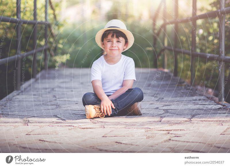 glückliches Kind Mensch Kleinkind Junge Kindheit 1 3-8 Jahre Natur Landschaft Frühling Garten Park Lächeln lachen lustig Gefühle Freude Fröhlichkeit