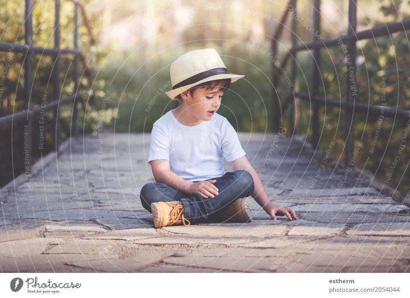 glückliches Kind Mensch Landschaft Freude Leben Lifestyle Frühling Gefühle Junge Glück Garten Freiheit Feld Kindheit sitzen Fröhlichkeit