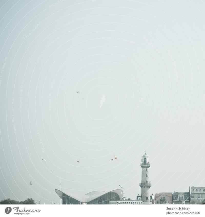 Warnemünde 10 Stadt Hafenstadt Leuchtturm historisch Warnemünder Teepott Himmel Wolkenloser Himmel Urlaubsort Tourismus Gedeckte Farben Außenaufnahme