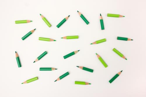 Rumliegen Schreibwaren Schreibstift beobachten Zusammensein viele grün Bewegung chaotisch planen Teamwork Dynamik Koordination unordentlich Farbfoto