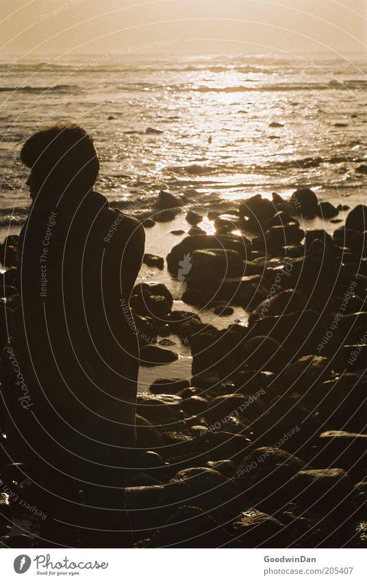 Analoge Sehnsucht Mensch Natur Meer Erholung Umwelt dunkel Gefühle Küste Luft Stimmung Wellen ästhetisch Urelemente genießen Abenddämmerung Sonnenlicht