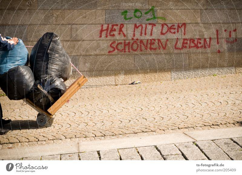Kein Mensch ist illegal! Obdachlose Arbeitslosigkeit 1 Mauer Wand Wege & Pfade Schriftzeichen Graffiti Schubkarre Sack Müllsack Sackkarre Ungerechtigkeit