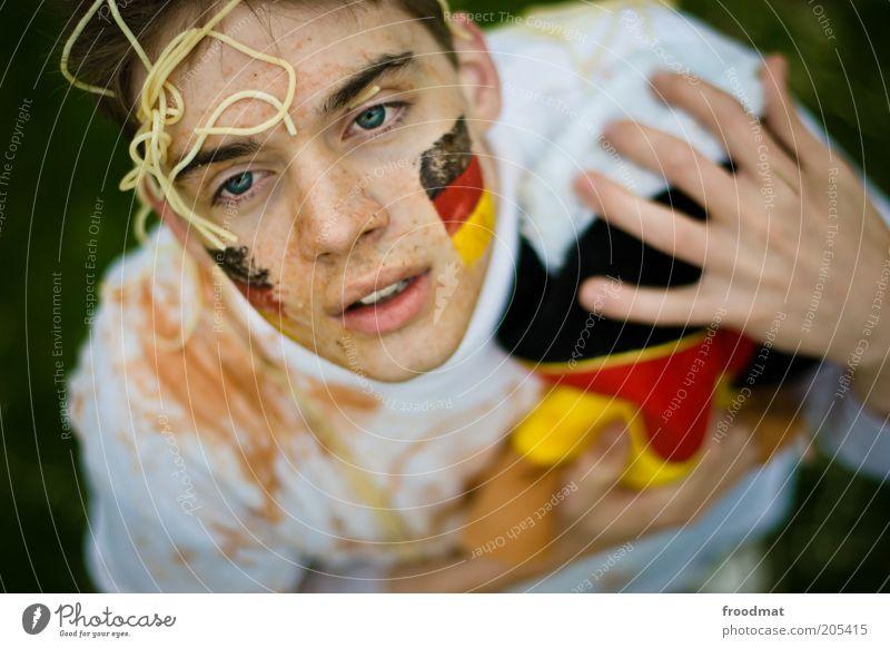 schlandschlacht Sport Publikum Fan Mensch maskulin Junger Mann Jugendliche Enttäuschung Spaghetti Gesichtsbemalung Fahne Verlierer Farbfoto mehrfarbig