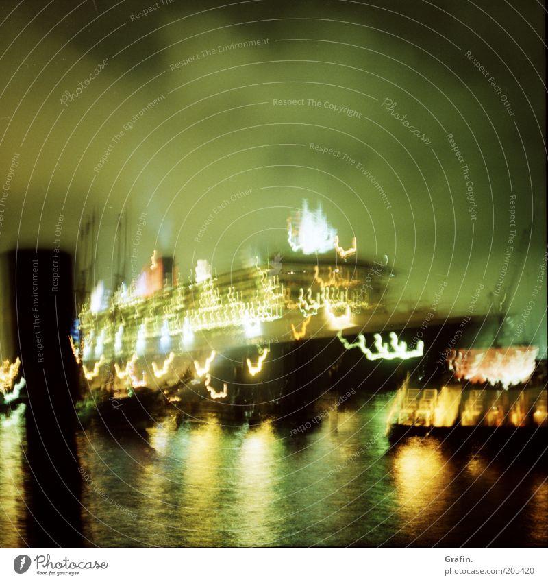 Unten am Fluss liegen die dicken Pötte grün schwarz dunkel Bewegung glänzend groß Hamburg leuchten Fluss Hafen Reichtum Mobilität Schifffahrt Nachthimmel Elbe Kreuzfahrt