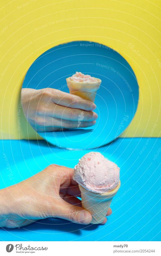 Eiscreme in einer Waffel und Reflexion im Spiegel Frucht Dessert Speiseeis Sommer Werkzeug Finger Blick außergewöhnlich Coolness frisch lecker natürlich weich