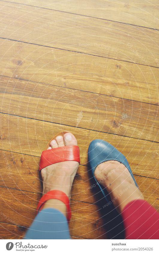mehr abwechslung Fuß Zehen Schuhe Sandale Damenschuhe Bodenbelag Holzfußboden blau rot verkehrt falsch Abwechslung verrückt Irritation Alzheimer außergewöhnlich