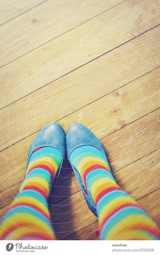 bunt Junge Frau Beine Stil außergewöhnlich Mode Fuß Schuhe stehen verrückt gestreift Holzfußboden Ringelsocken