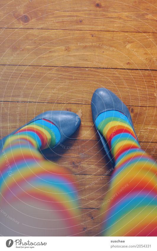 geringelt Fuß Beine Schuhe Strümpfe Bodenbelag Holzfußboden mehrfarbig verrückt außergewöhnlich Pippi Langstrumpf x-beinig stehen gestreift Ringelsocken Stil