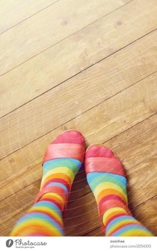 bunt Fuß Schuhe Sandale Zehen Holzfußboden Bodenbelag stehen gestreift Ringelsocken verrückt mehrfarbig Stil Mode geschmacksverirrung