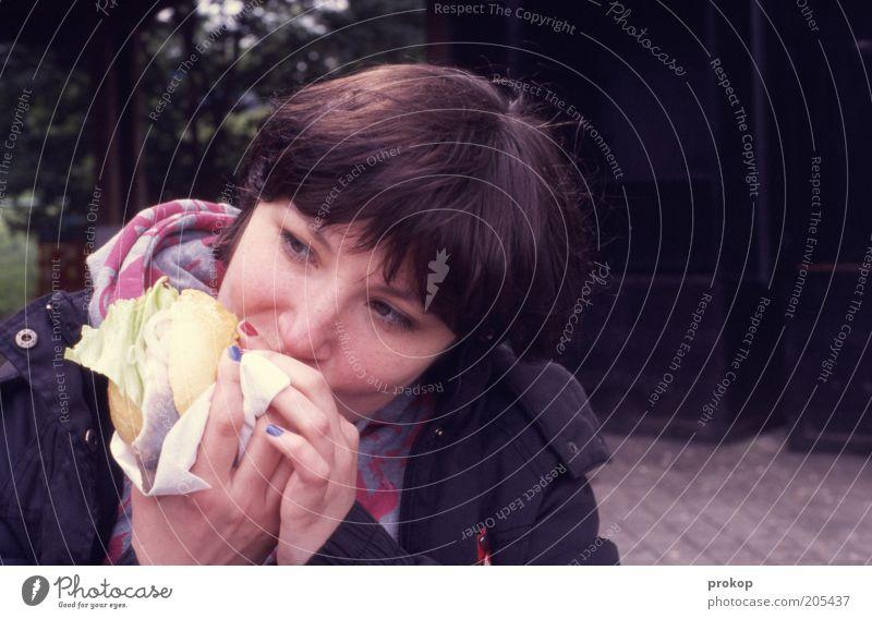 Fischbrötchenmädchen Lebensmittel Brötchen Ernährung Essen Fingerfood Lifestyle Mensch feminin Junge Frau Jugendliche Erwachsene brünett genießen authentisch