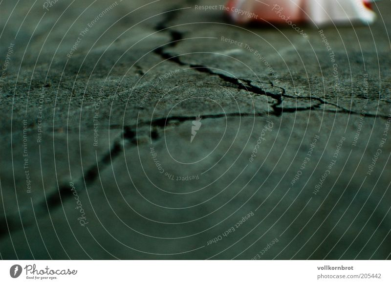 Risse alt Straße grau Boden kaputt Bodenbelag Asphalt Riss Straßenbelag Fahrbahn gerissen Schaden