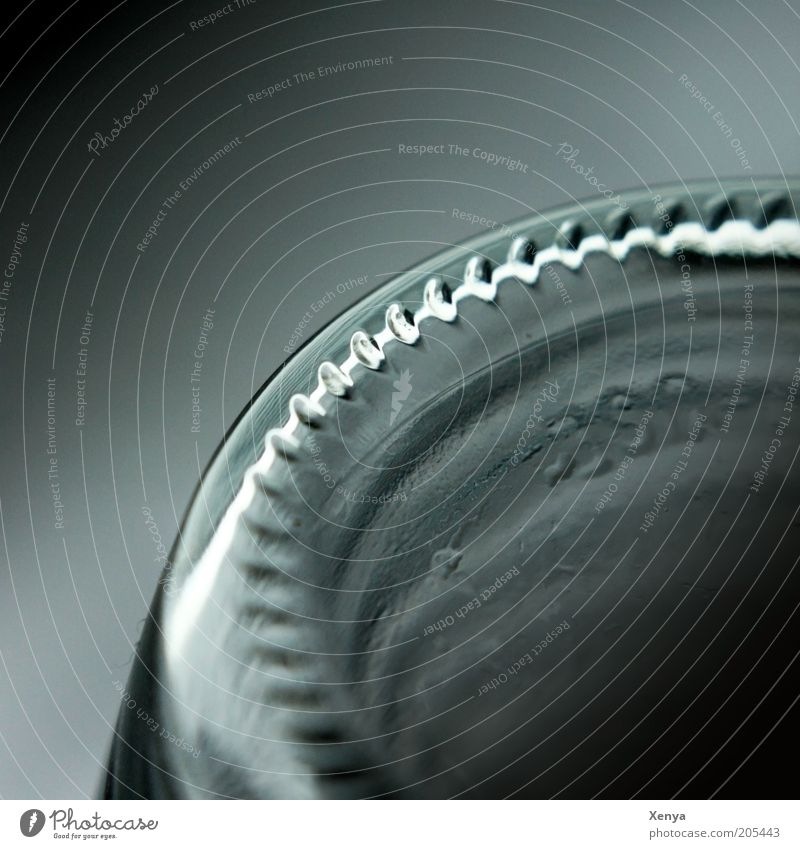 Flaschenboden Glas kalt schwarz Reflexion & Spiegelung Nahaufnahme Detailaufnahme Textfreiraum oben Unschärfe dunkel