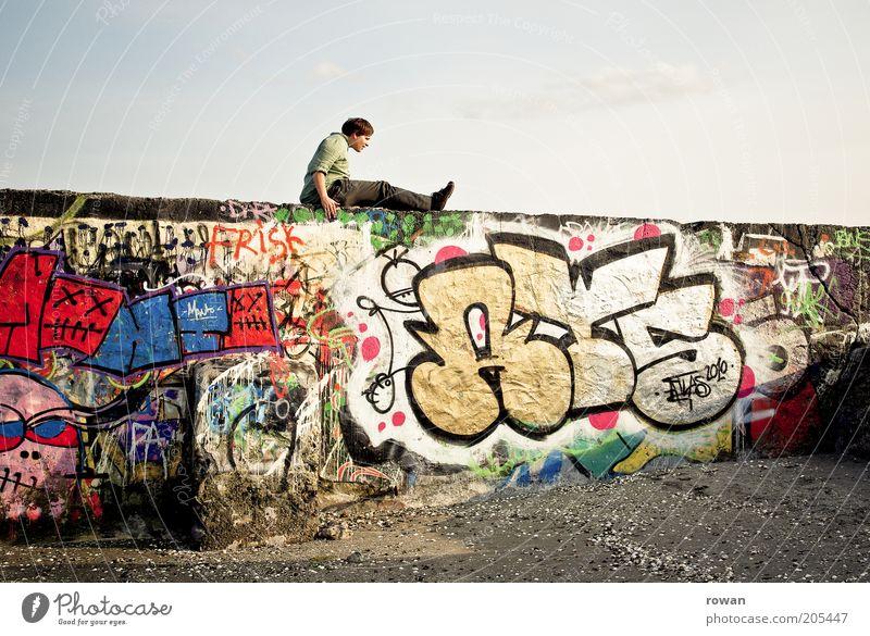 auf der mauer Mensch Jugendliche Wand Mauer Graffiti maskulin sitzen Wandel & Veränderung Kultur Verfall trashig Bauwerk mehrfarbig Straßenkunst Farbe