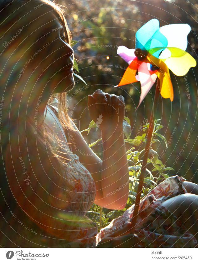 sommerlichtspiel Freude Zufriedenheit feminin Junge Frau Jugendliche 1 Mensch 18-30 Jahre Erwachsene Pflanze Kleid brünett genießen sitzen Spielen Wärme