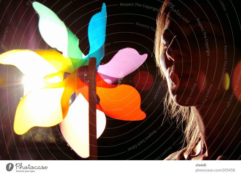 sommerfarben Junge Frau Jugendliche 1 Mensch Spielen Fröhlichkeit Glück positiv schön Wärme blau mehrfarbig gelb violett rosa weiß Zufriedenheit Lebensfreude