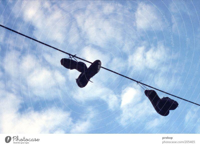 Den Spocht an die Nadel hängen Himmel Wolken Schuhe Linie Schnur trocken Turnschuh trocknen Wäscheleine himmelwärts
