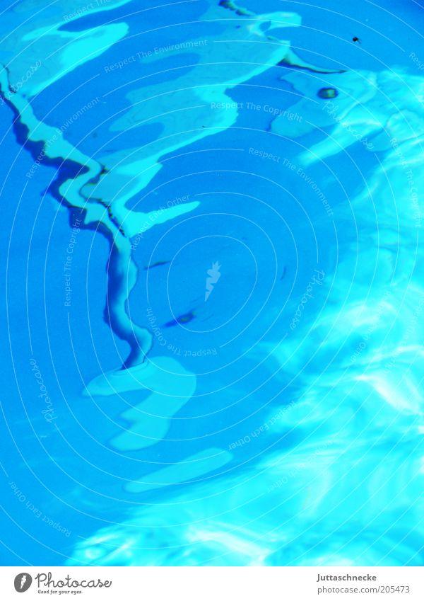 Und der Wind zaubert..... Wasser blau Wellen leer Schwimmbad Flüssigkeit bizarr Lichtspiel Lichtbrechung wellig Farbverlauf Wasseroberfläche Wasserspiegelung Schlangenlinie