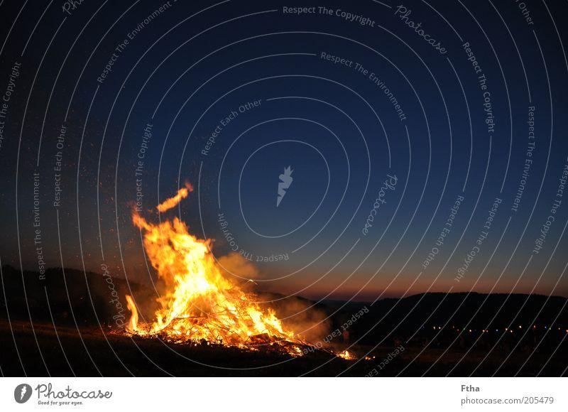 Midsommar Himmel Sommer Gefühle Umwelt Horizont Feuer Nachthimmel brennen Urelemente Flamme Natur Feuerstelle Sommersonnenwende Lagerfeuerstimmung Johannisnacht