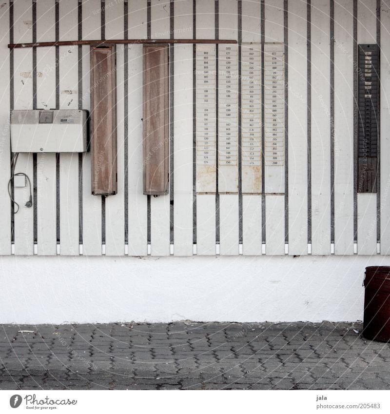 feierabend Arbeit & Erwerbstätigkeit Arbeitsplatz Unternehmen Gebäude Mauer Wand trist Stechuhr arbeitzeit Pünktlichkeit Farbfoto Gedeckte Farben Außenaufnahme