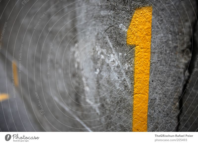 Still NR 1 Umwelt Beton Schriftzeichen Ziffern & Zahlen Schilder & Markierungen gelb grau Farbfoto Textfreiraum links Schwache Tiefenschärfe Weitwinkel