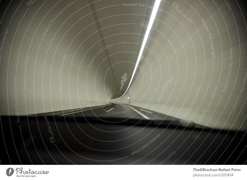 Tunnelblick Bauwerk fahren ästhetisch grau schwarz weiß Innenaufnahme Unschärfe Bewegungsunschärfe Weitwinkel Blick nach vorn Textfreiraum links