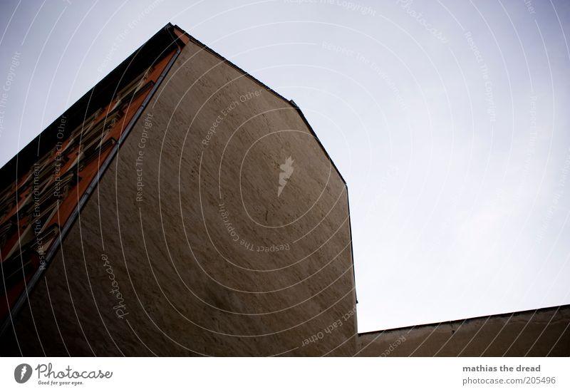 KONTURENVERLAUF Himmel Haus Einsamkeit dunkel Wand Mauer Gebäude Architektur Fassade trist Bauwerk Putz eckig Altbau Wolkenloser Himmel