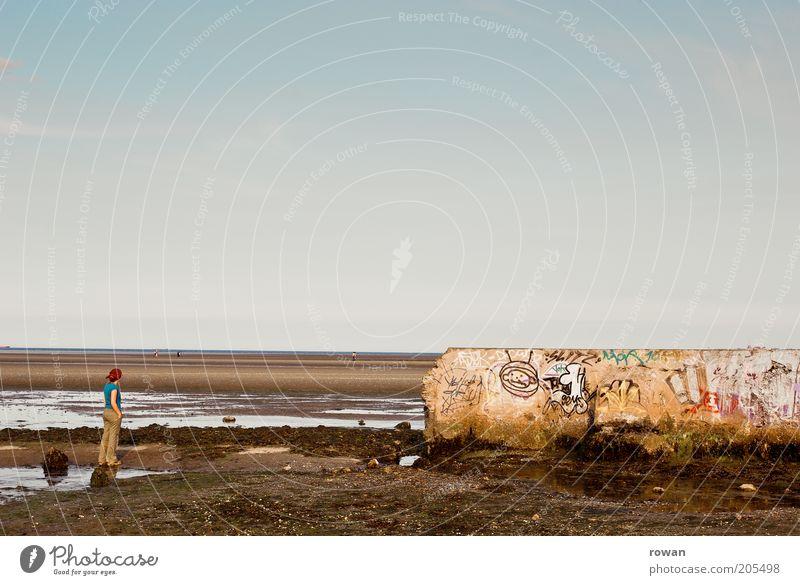 ausblick Mensch 1 Küste Strand Meer Mauer Wand Graffiti Blick stehen träumen Traurigkeit kaputt trist Vergänglichkeit Wattenmeer Ebbe nachdenklich Farbfoto