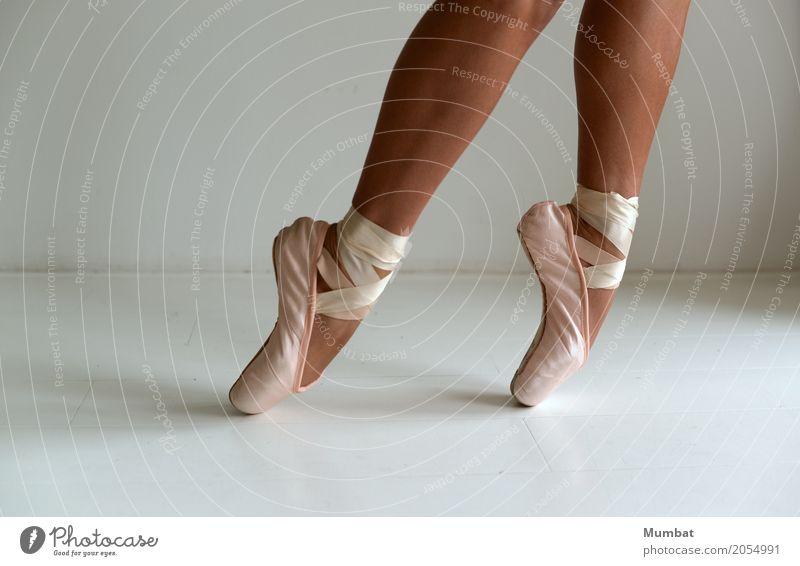 Zehenspitze sportlich Balletttänzer Tanzen Mensch feminin Junge Frau Jugendliche Erwachsene Beine Fuß 1 18-30 Jahre Tänzer Ballettschuhe geschnürt Schnürstiefel