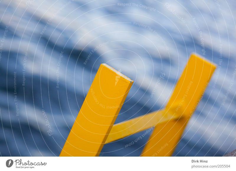"""Über """"Gelb"""" gehts hinab blau Wasser Meer gelb Küste Metall Gesundheitswesen Wellen einzeln Perspektive nass Urelemente Zeichen Sicherheit Hafen Flüssigkeit"""
