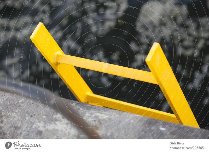 Gelber Retter Wasser Meer gelb Küste grau Angst Schilder & Markierungen Perspektive hoch Baustelle Schutz Zeichen Hilfsbereitschaft Sicherheit Ostsee Risiko