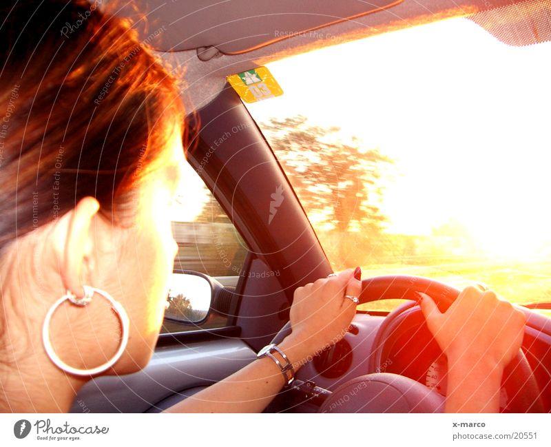 drivin' to the sun Sonnenuntergang fahren Autobahn Frau Ferien & Urlaub & Reisen Verkehr PKW Amaturen Straße Armaturenbrett
