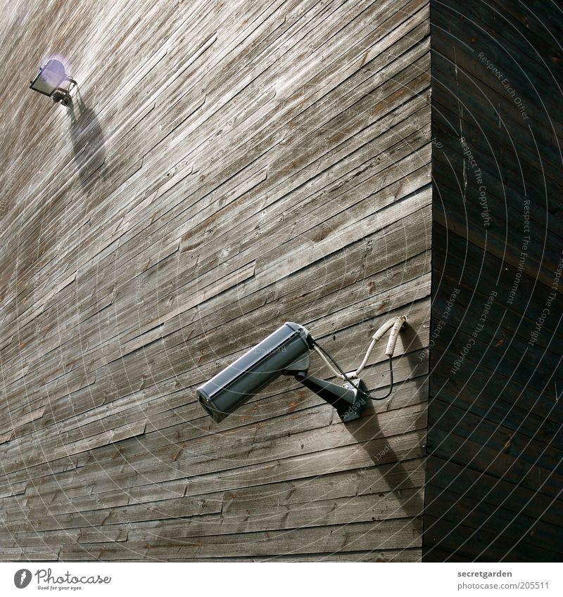 [H 10.1] die schattenseite des lebens. schwarz oben Holz Gebäude braun Architektur hoch Fassade Ecke Technik & Technologie beobachten Bauwerk Kontrolle Videokamera Holzwand