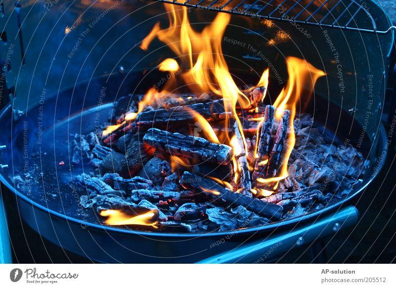 grillen Grill Grillen heiß blau gelb schwarz Feuer brennen glühen Feuerstelle Rost Grillrost Grillkohle Grillsaison Kohle Rauch rauchend orange Farbfoto