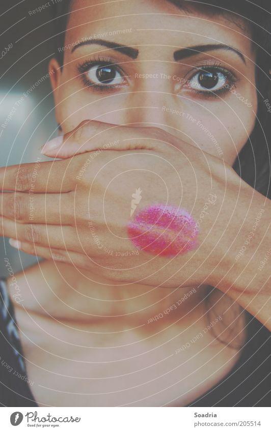 Deckung! Mensch Frau Jugendliche Hand schön ruhig Erwachsene Gesicht Auge feminin 18-30 Jahre Symbole & Metaphern Küssen Kosmetik Sprache Lippenstift