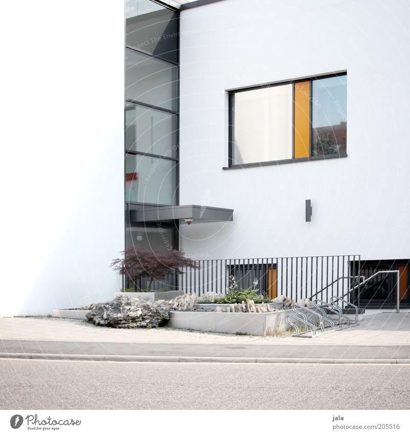 neubau Haus Bauwerk Gebäude Architektur Fassade Fenster Tür Geländer modern Sauberkeit grau weiß Wege & Pfade Farbfoto Außenaufnahme Menschenleer Tag
