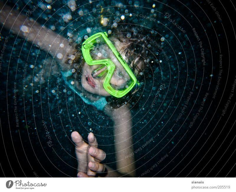 tauchbad Sommerurlaub Wassersport tauchen Kind Mädchen kalt Taucherbrille beschlagen diffus trüb auftauchen Perspektive Blick erstaunt Luftblase neonfarbig blau