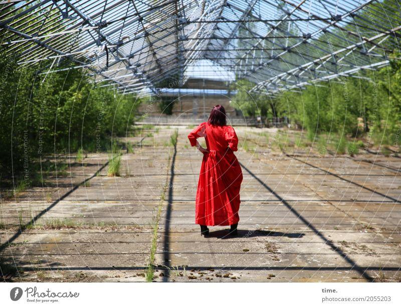 AST 10 | soso ... Mensch Frau Erwachsene feminin Zeit stehen Perspektive beobachten festhalten Kleid Inspiration langhaarig brünett