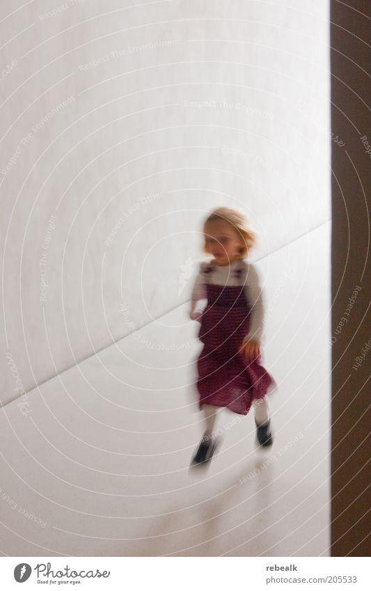 Energie Kind Mädchen weiß rot Freude Leben springen Spielen Bewegung Glück blond laufen Energie rennen Fröhlichkeit Kleid