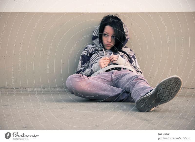 einfach mal schmollen... Mensch Jugendliche schön Einsamkeit Leben Erholung feminin Wand Gefühle Stil träumen Traurigkeit Mauer Schuhe Mode