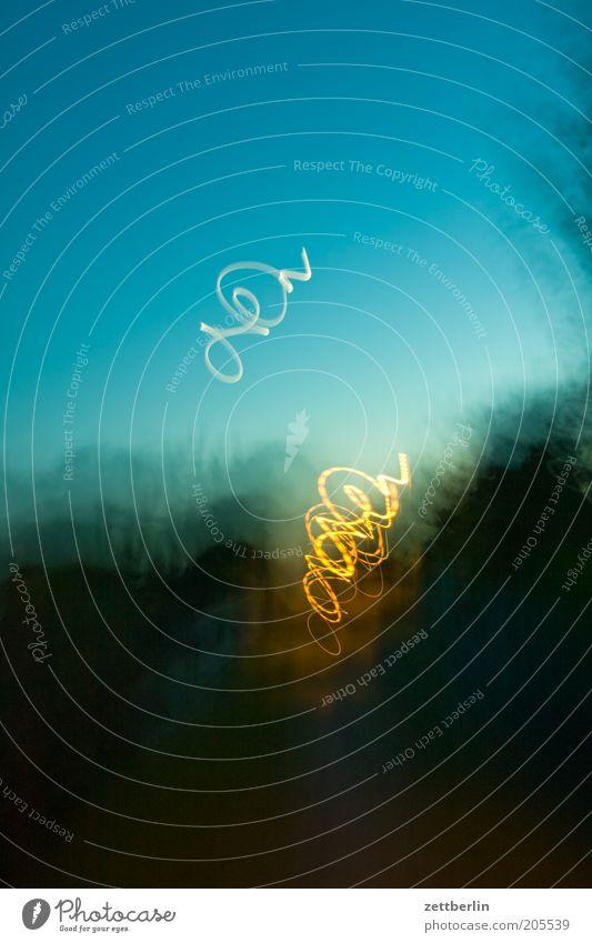 Heimweg Himmel leuchten Strukturen & Formen Abenddämmerung Lichtspiel Schleife Schwung Unschärfe Schnörkel Leuchtspur schwungvoll Lichtschweif Irrlicht