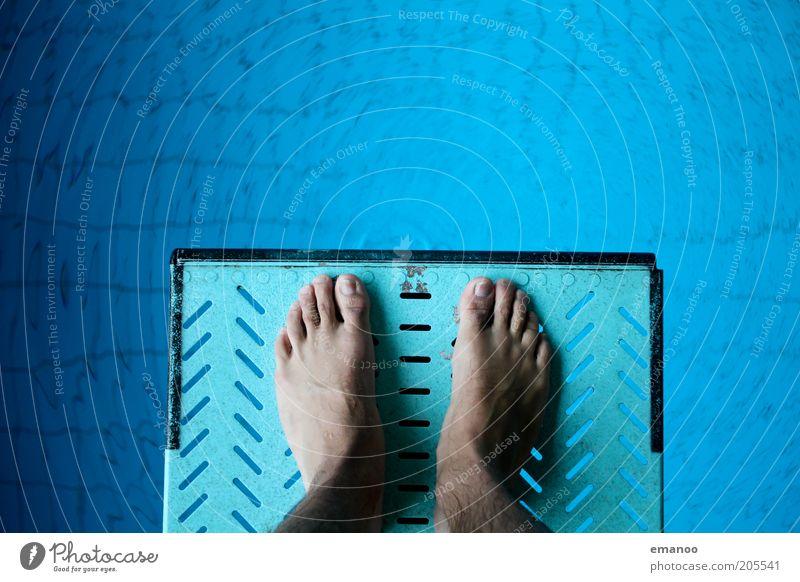 heute am Abgrund Mensch blau Wasser kalt springen Fuß Angst Freizeit & Hobby hoch maskulin stehen Schwimmbad Fitness Mut sportlich Sport-Training
