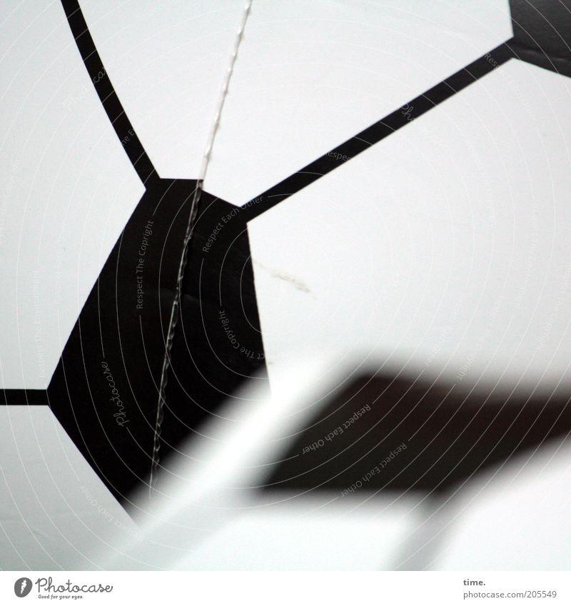 [H10.1] - Gegner Fußball Ball Kunststoff Linie Tiefenschärfe Vordergrund Hintergrundbild Schweißnaht unbunt Grafik u. Illustration Fünfeck Schwarzweißfoto