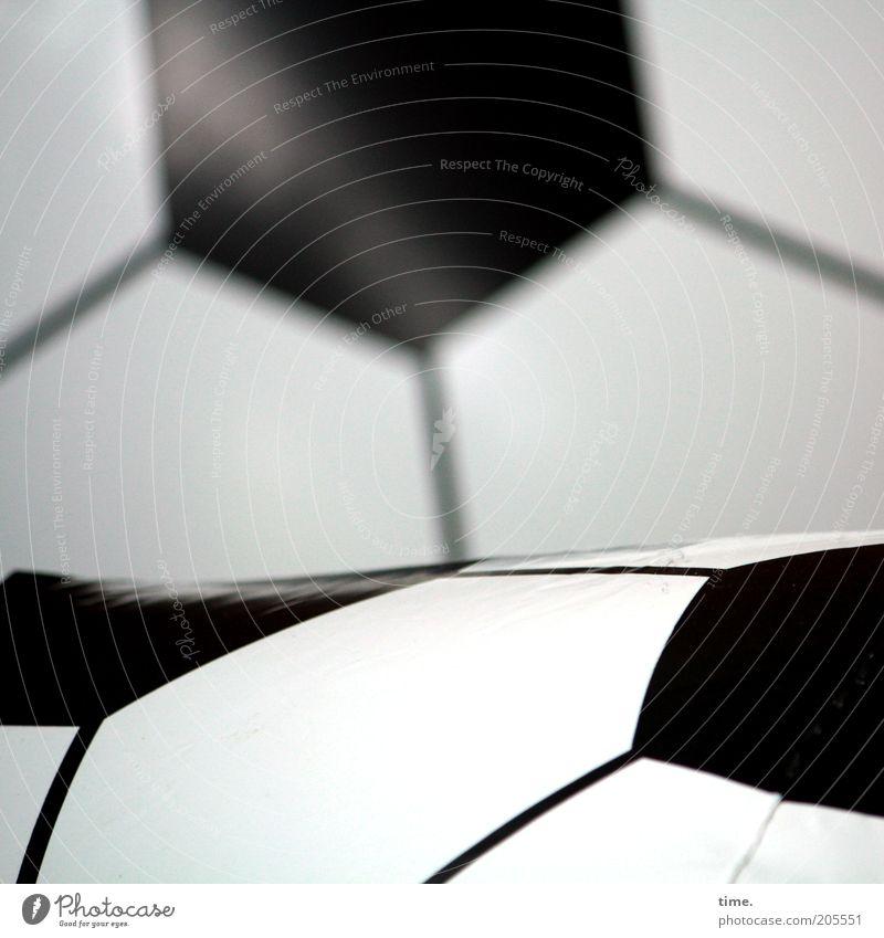 [H10.1] - Partner Fußball Ball Kunststoff Linie Tiefenschärfe Vordergrund Hintergrundbild unbunt Grafik u. Illustration Fünfeck Schwarzweißfoto Innenaufnahme
