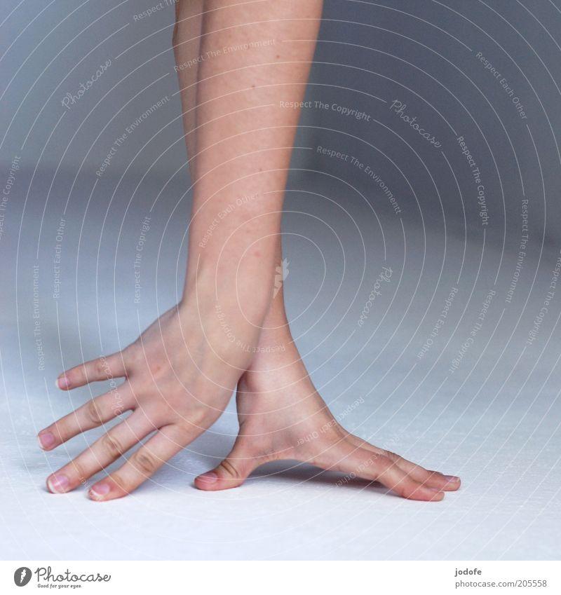 Nachzieher Mensch Hand Jugendliche feminin Arme Finger Boden streichen Gelenk abstützen Zärtlichkeiten Detailaufnahme Handstand Streicheln Frauenhand Frauenarm