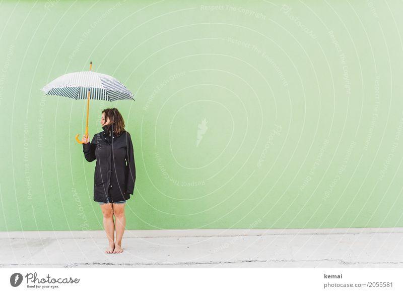AST 10 | Warten auf Regen Mensch Frau Ferien & Urlaub & Reisen grün Erholung ruhig Erwachsene Leben Wand Lifestyle Beine lustig feminin Stil Mauer