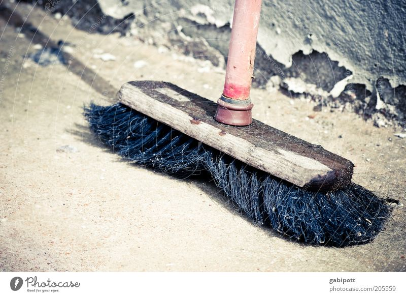 flotter Feger alt rot schwarz Holz Beton retro kaputt Wandel & Veränderung Sauberkeit Vergänglichkeit Reinigen Verfall Vergangenheit Besen Borsten Besenstiel
