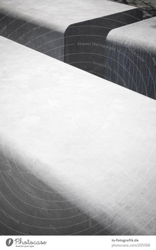 grau geriegelt Stele Bank Block Stein Beton Granit Sitz eckig fest groß hell rund Perspektive stagnierend Farbfoto Außenaufnahme Strukturen & Formen