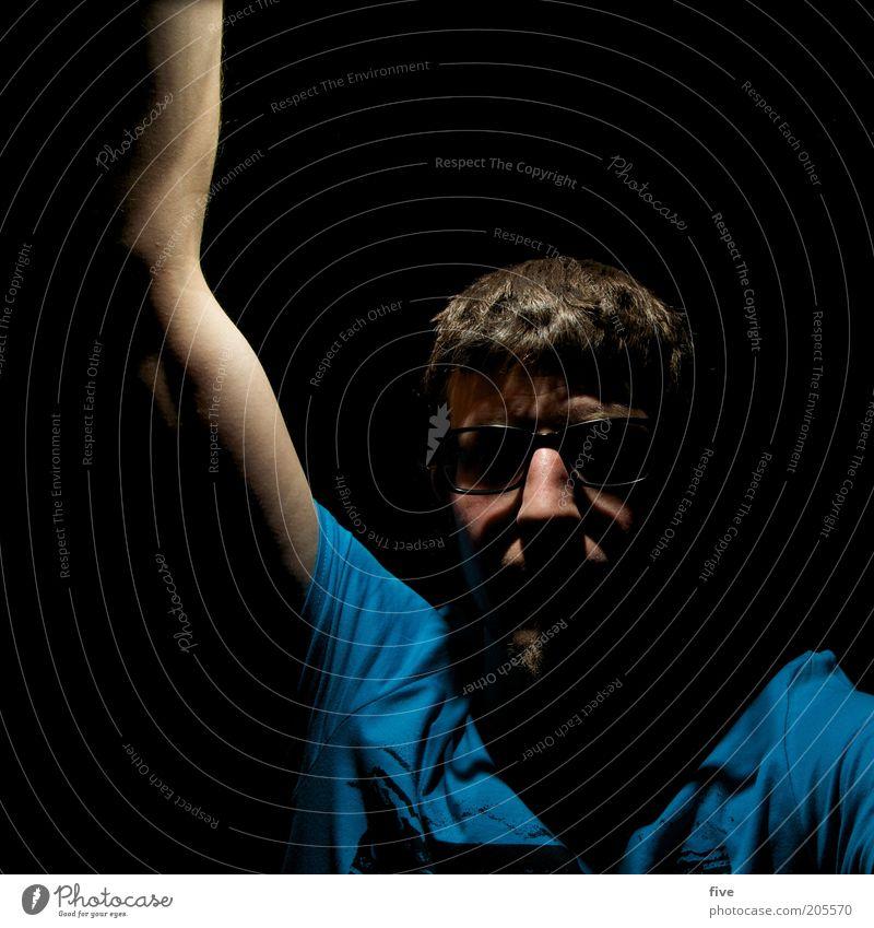 sparlampe Mensch maskulin Mann Erwachsene Kopf Haare & Frisuren Gesicht Nase Arme 1 30-45 Jahre Blick dunkel blau Brille Brillenträger blitzen Farbfoto